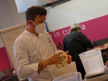 gallery/lievitati/corso_in_3_lezioni/2021-05-29/Otto_in_cucina_-_pane_pizza_lievitati_-_2021-05-29-005.JPG