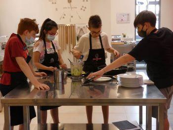 gallery/ragazzi-bambini/settimana_da_cuochi/2020-06-19/Otto_in_cucina_-_settimana_da_cuochi_-_2020-06-19-008.JPG