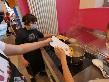 gallery/ragazzi-bambini/settimana_da_cuochi/2020-06-19/Otto_in_cucina_-_settimana_da_cuochi_-_2020-06-19-012.JPG